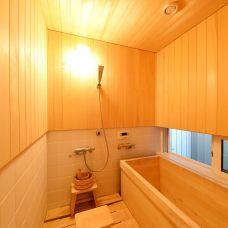 木の香り漂う浴室
