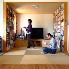 畳スペースにも本棚