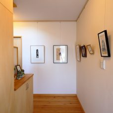 アート作品が並ぶ玄関