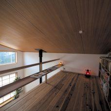 天井の低い絵本コーナー