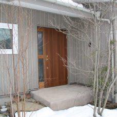 雪景色の玄関ポーチ