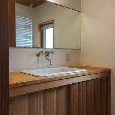 清潔でシンプルな木の洗面台