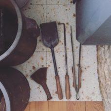 ここにも中村好文さんのデザイン。スコップ、火掻き棒、火バサミ