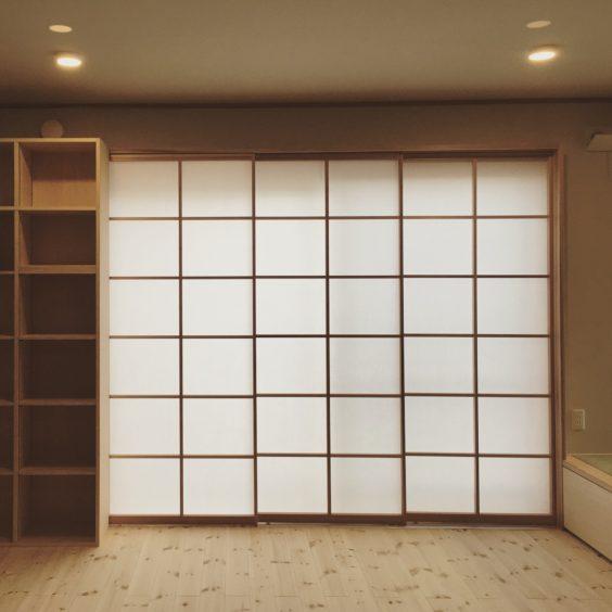 桟の太さが同じ吉村障子は左の本棚の後ろに全て引き込める