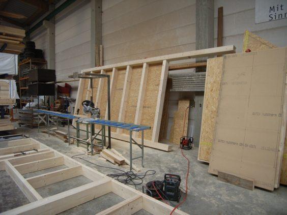 ドイツ・フライブルグの工務店で製作中のパネル