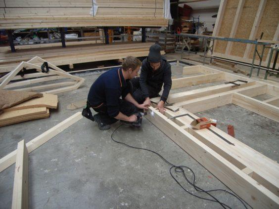 ドイツ・フライブルグの工務店で若い大工がパネル組み立て