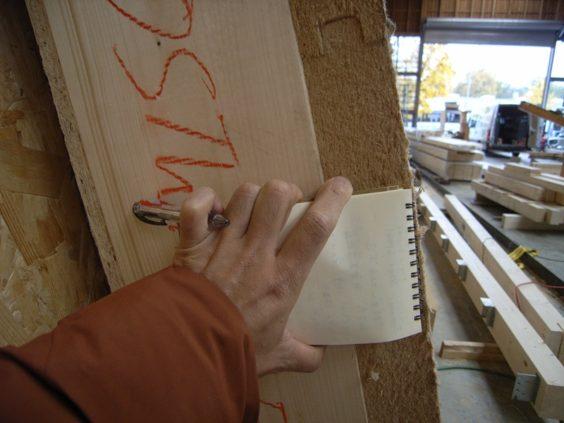 ドイツ・フライブルグの工務店で作られるパネルの厚さ