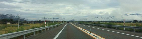 山形建築ツアーの途中、村上市の低い雲