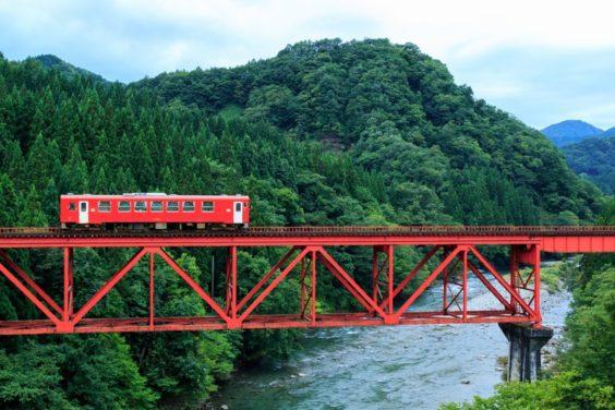 美しい景色を通る電車なら、窓側に座りたい