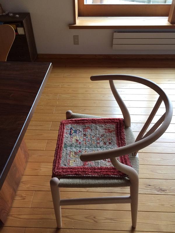 Yチェアにミニギャッベを敷くと座面がふんわりして座り心地が良い
