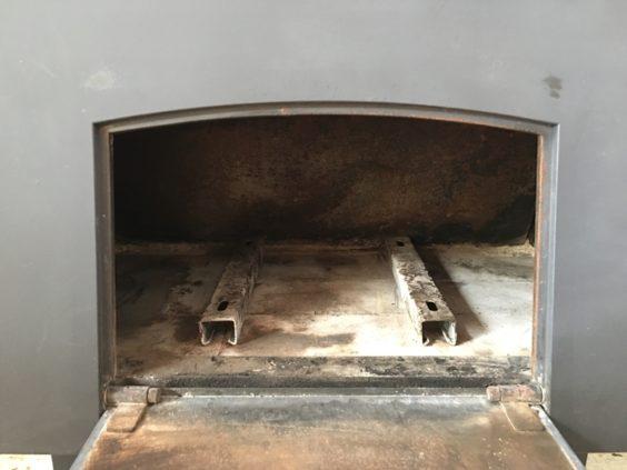ススを取り払って、完了! 炉床の金具は、エアコン室外機用のアングル。 薪を浮かせるのに、ちょうど良い高さ。 今まで使っていたレンガは熱割れして不便でした