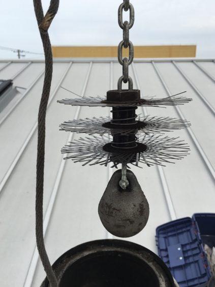 メトス・煙突掃除用チムニーボール。我が家は150mm。ストレート煙突なので、これをロープで吊るして上下させながらススを落とします