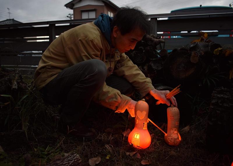 みんなで分けた火を 作ったランタンに灯します。