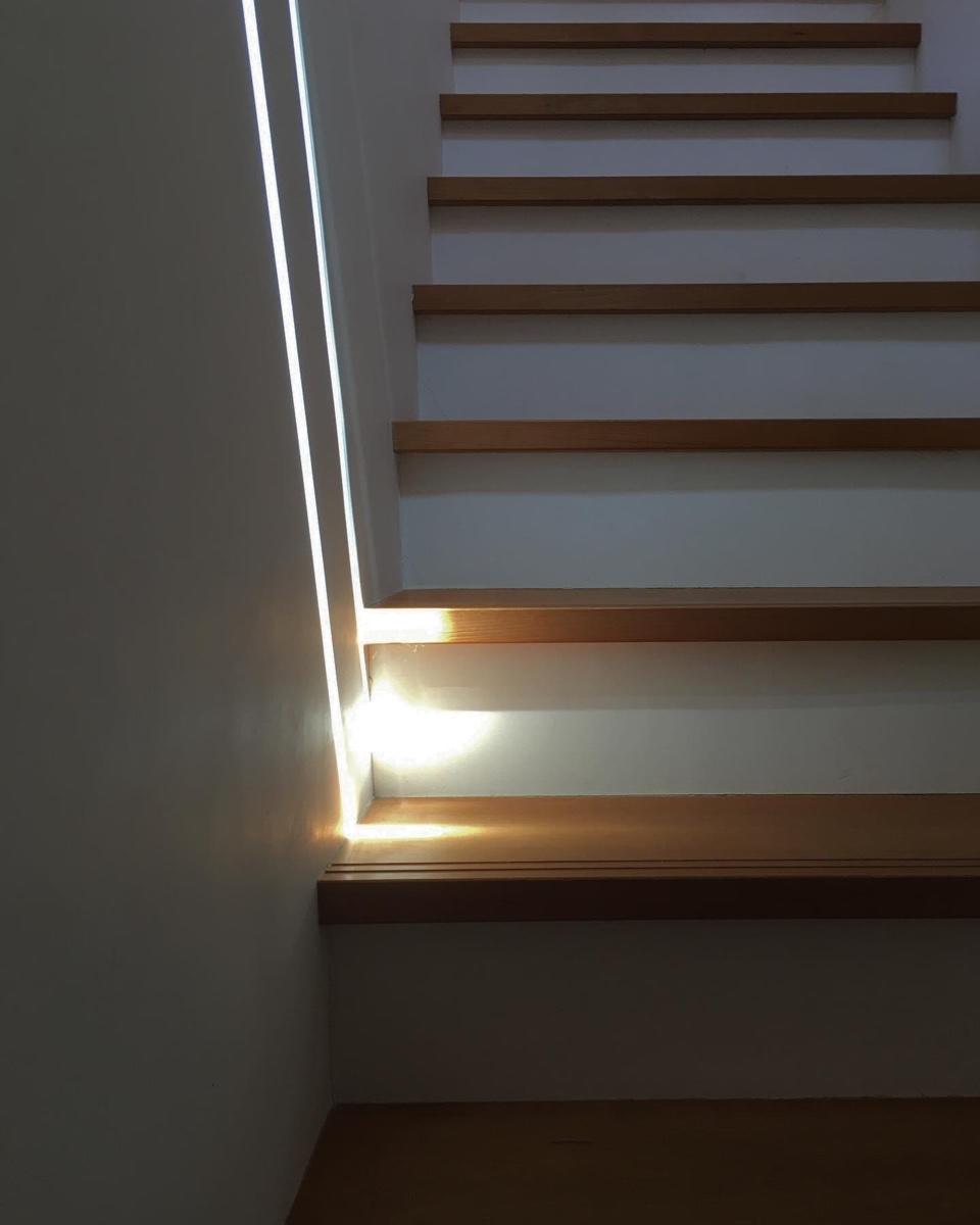 階段に天窓から光